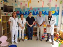 Professionals del servei de Pediatria del Trueta amb una representació de la  junta de govern del Col·legi d'Aparelladors, Arquitectes tècnics i Enginyers de Girona