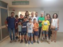 un grup d'alumnes de l'escola Pla de Girona amb professionals del servei de Pediatria del Trueta
