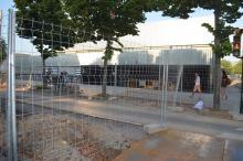 Obres d'execució del nou col·lector de sanejament davant del CAP Alfons Moré de Salt