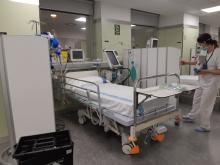 Una infermera adaptant l'Hospital de Dia Polivalent per acollir llits crítics