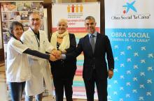 D'esquerra a dreta, Glòria Padura (directora Hospital Dr. Josep Trueta), Eugeni López-Bonet (cap de Servei d'Anatomia Patològica), Lluïsa Ferrer (Oncolliga Girona) i Ivan Tibau (Caixabank)