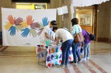 Mesa informativa en el vestíbulo del Hospital por el Día Mundial de la Higiene de Manos.