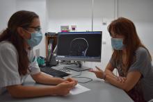 La Dra. Alemany amb una pacient a la consulta de neurologia de l'Hospital Santa Caterina de Salt